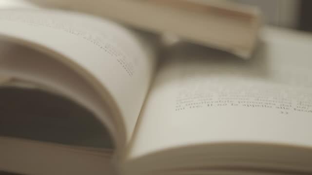本で光の効果、その上に手。 - 本点の映像素材/bロール