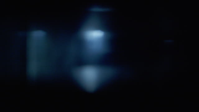 light flares moving across vintage lens from right to left - riflesso sull'obiettivo video stock e b–roll