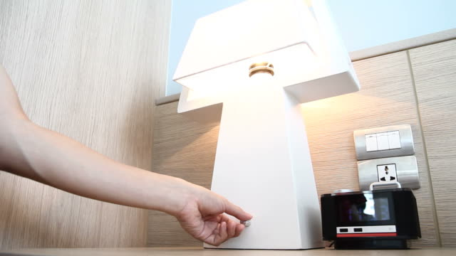 leichte knob schalter-ausschalten - elektrische lampe stock-videos und b-roll-filmmaterial