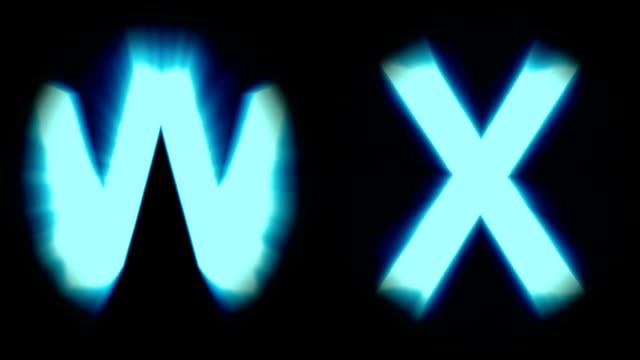 Licht Buchstaben W und X - kaltes blaues Licht - flackern schimmernden Animationsschleife - isoliert – Video