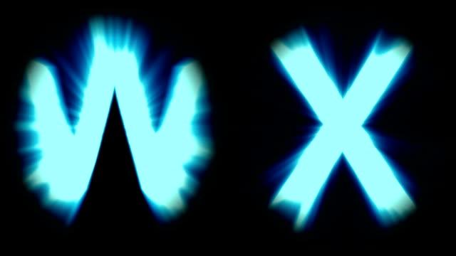 Licht Buchstaben W und X - kaltes blaues Licht - starke schimmernd und intensive flackernde Animationsschleife - isoliert – Video
