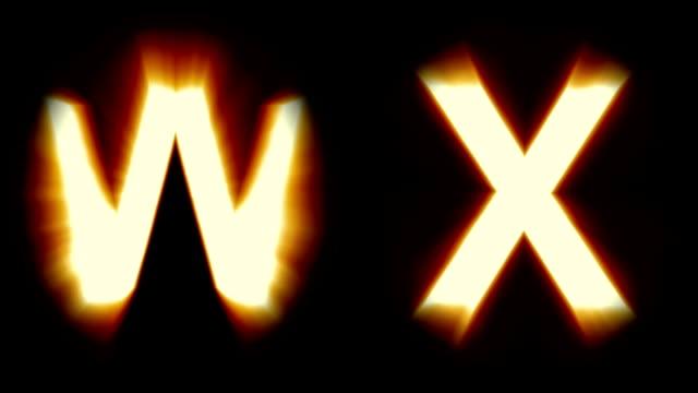 Licht Buchstaben W und X - warm Orange Licht - flackern schimmernden Animationsschleife - isoliert – Video