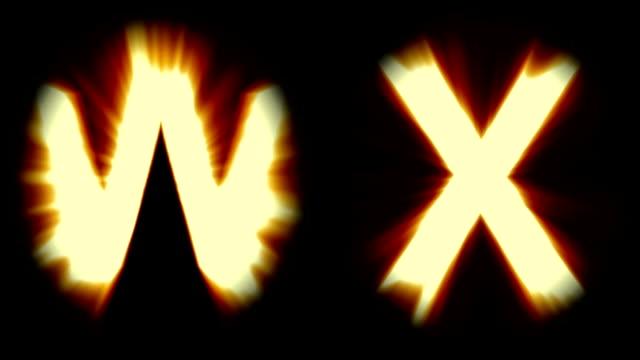 Licht Buchstaben W und X - warm Orange Licht - starke schimmernd und intensive flackernde Animationsschleife - isoliert – Video