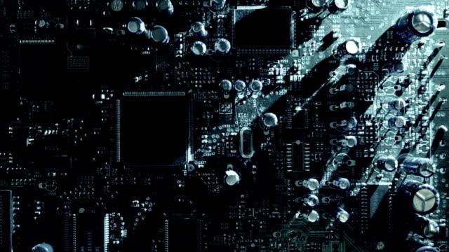 vídeos y material grabado en eventos de stock de la luz se mueve alrededor de la placa de circuitos y crear tiempo moviendo las sombras. macro - placa madre