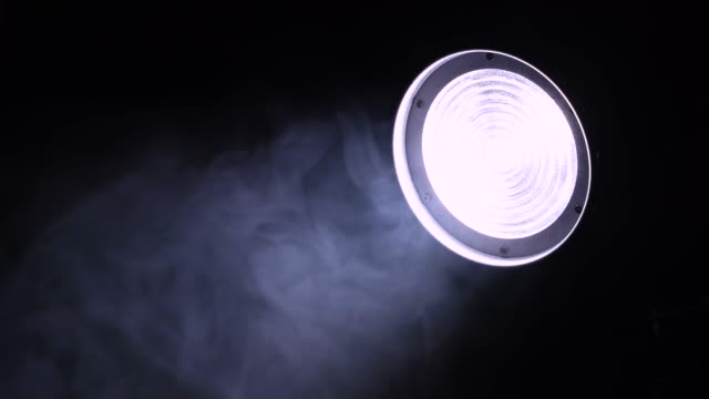 어둡고 신비롭고 불길한 연기속에서 자동차의 헤드라이트 또는 무대 스포트라이트가 서서히 떠오르고, 야간 촬영, 클로즈업 - 불길한 스톡 비디오 및 b-롤 화면