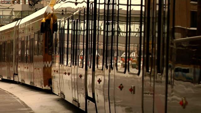 vídeos de stock, filmes e b-roll de light rail em minnesota - dividindo carro