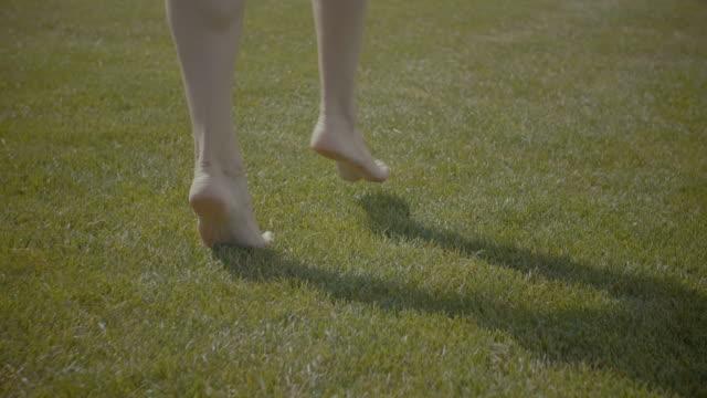 lätta steg barfota i mjuk sommaren gräset - på tå bildbanksvideor och videomaterial från bakom kulisserna