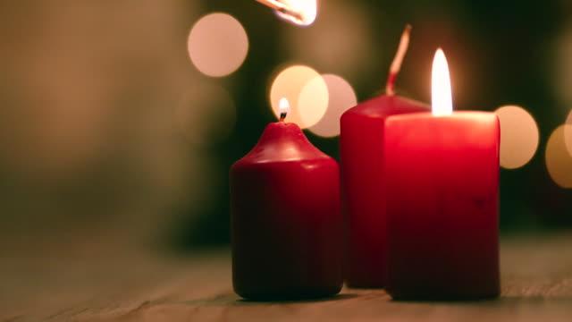 크리스마스를 위한 촛불을 점등 - 촛불 조명 장비 스톡 비디오 및 b-롤 화면