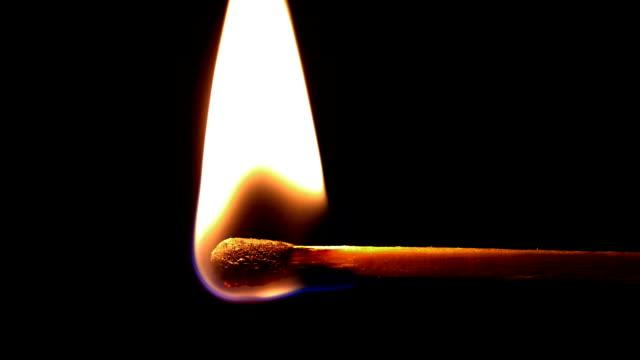hd illuminato corrispondono - incendio doloso video stock e b–roll