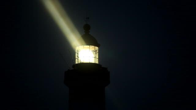 leuchtturm nahaufnahme bei nacht - leuchtturm stock-videos und b-roll-filmmaterial