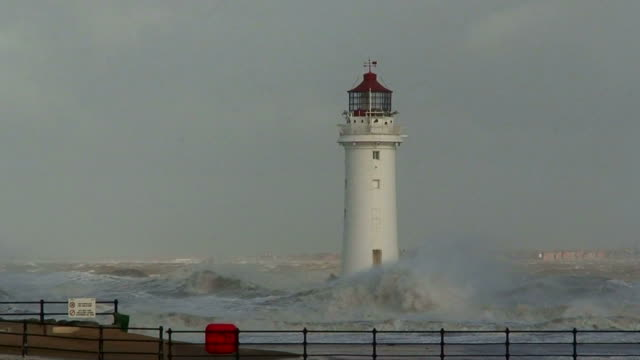 leuchtturm in einem riesigen storm - leuchtturm stock-videos und b-roll-filmmaterial