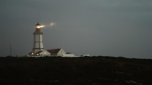 leuchtturm sendet licht signale im nebel - leuchtturm stock-videos und b-roll-filmmaterial