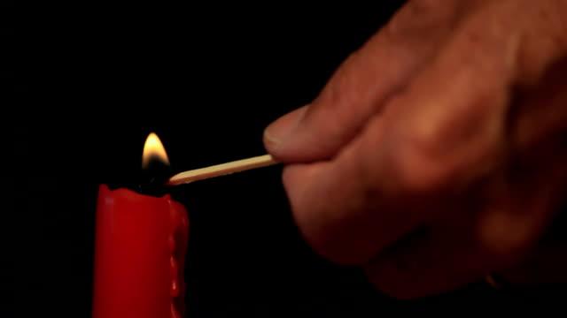 stockvideo's en b-roll-footage met lighting a candle - kandelaar
