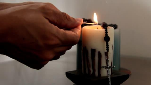 свеча освещения с христианский крест - верующий стоковые видео и кадры b-roll