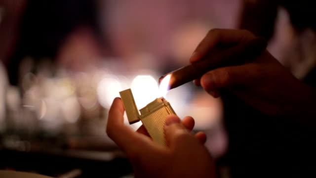 illuminazione un sigaro - sigaro video stock e b–roll
