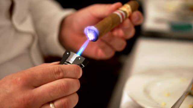 bir puro aydınlatma - puro stok videoları ve detay görüntü çekimi