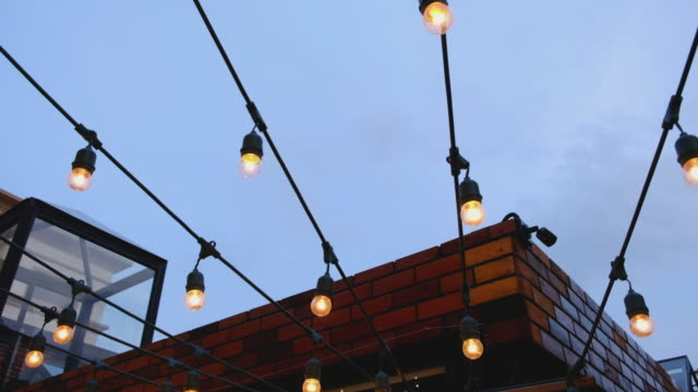 outdoor-beleuchtung dekor - dachgarten videos stock-videos und b-roll-filmmaterial