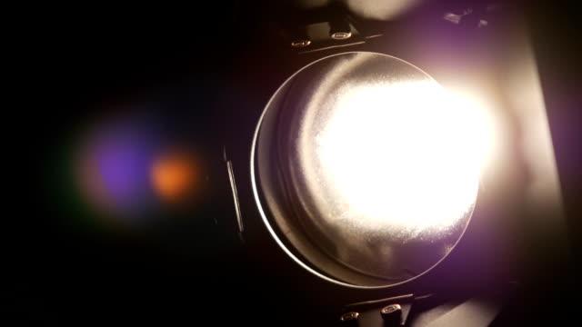 attrezzatura per illuminazione, flash e riflettori, dentro e fuori, nero, primo piano - riflettore lenticolare video stock e b–roll