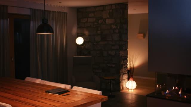 beleuchtungseinrichtungen im speisesaal im smart home - beleuchtet stock-videos und b-roll-filmmaterial