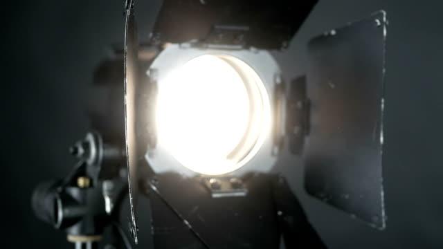 stockvideo's en b-roll-footage met verlichtingsapparatuur, echte flash of spotlight - spotlicht elektrisch licht