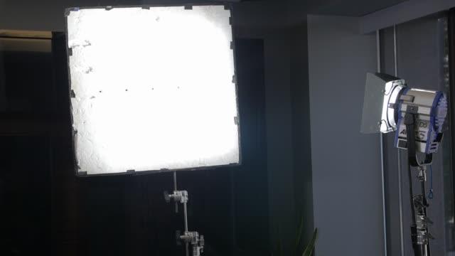 belysningsutrustning reflektor - skylift bildbanksvideor och videomaterial från bakom kulisserna