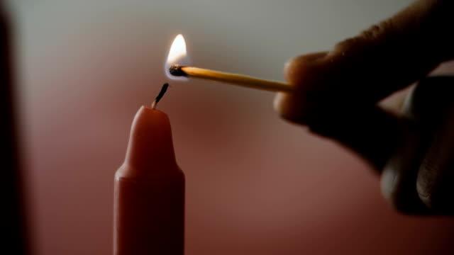 조명 레드 캔들 - 촛불 조명 장비 스톡 비디오 및 b-롤 화면