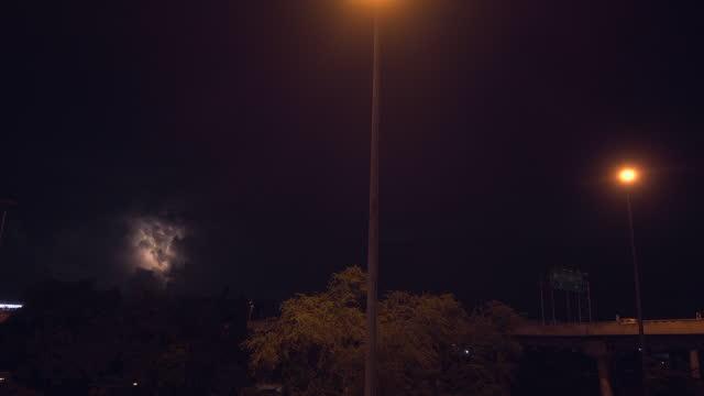 도시에 구름 뒤에 번개 - 불길한 스톡 비디오 및 b-롤 화면