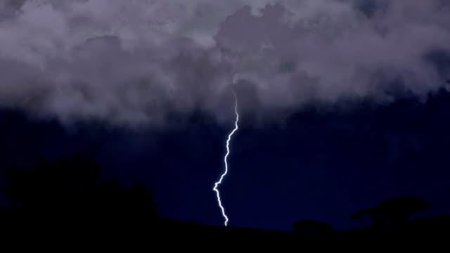 błyskawica śruby się w nocy niebo, obfitym deszczu i głośno burza z piorunami - lightning filmów i materiałów b-roll