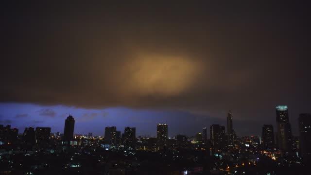 밤에 도시 경관번개 극적인 하늘 - 불길한 스톡 비디오 및 b-롤 화면