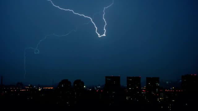 在城市上空的閃電 - lightning 個影片檔及 b 捲影像