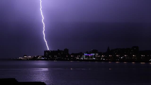 夜に落雷。モンテビデオ (ウルグアイ) で撮影しました。 - 雷点の映像素材/bロール