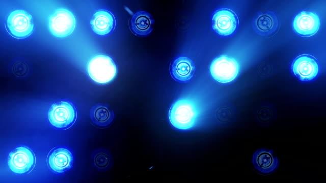 lichter blinken scheinwerfer wand vj glühbirne schleife blau led blinder blinkenden chromlech club konzert tanz disco dj matrix strahl dmx mode flutlicht halogen scheinwerfer lampe nacht club party pub vj schleife - rampenlicht stock-videos und b-roll-filmmaterial