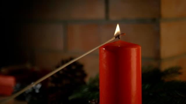 se enciende una vela. Fondo - vídeo