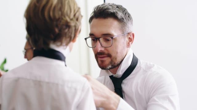 vídeos y material grabado en eventos de stock de como padre como hijo - corbata