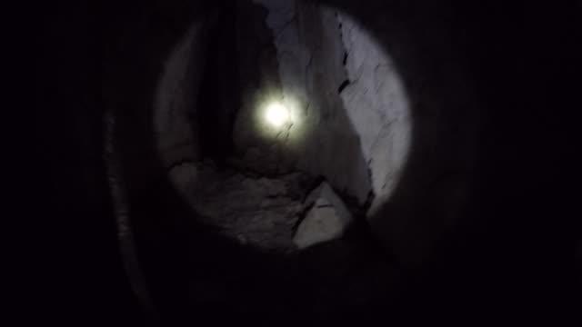 kalksten grottäventyr: att utforska en grotta i madagaskar nära morondova - morondava bildbanksvideor och videomaterial från bakom kulisserna