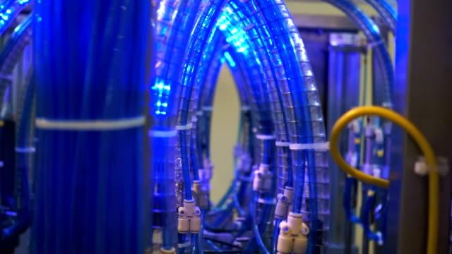 vídeos de stock, filmes e b-roll de linha de equipamentos eletrônicos com massa de fios ópticos para transmissão de dados - fibra óptica