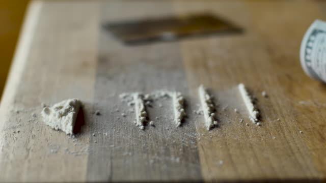 rader av vitt pulver och en rullad 100 dollarsedel som representerar kokain eller meth - amfetamin pills bildbanksvideor och videomaterial från bakom kulisserna