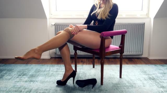 underkläder kvinna klä i strumpor och svarta bodysuit - steadicam sköt - strumpbyxor bildbanksvideor och videomaterial från bakom kulisserna