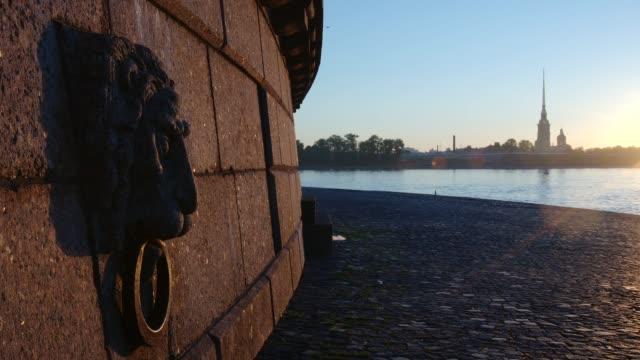 lion head skulptur på den spotta av ön vasilievsky tidig morgon - st. petersburg, ryssland - peter and paul cathedral bildbanksvideor och videomaterial från bakom kulisserna