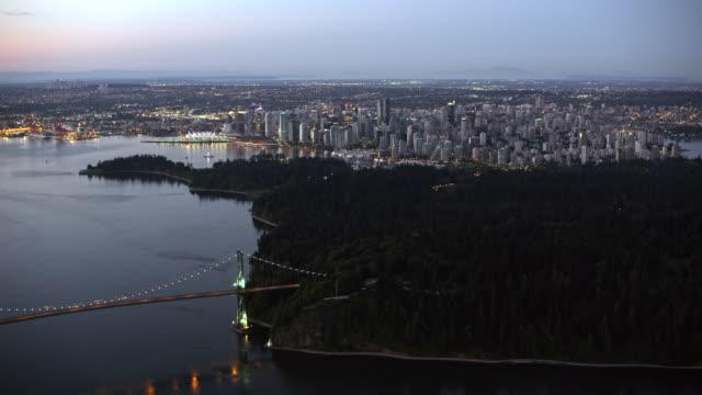 vídeos de stock e filmes b-roll de aerial lions gate bridge with vancouver at dusk - vancouver