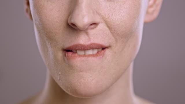 läpparna för en kaukasisk kvinna flirta - människoläppar bildbanksvideor och videomaterial från bakom kulisserna