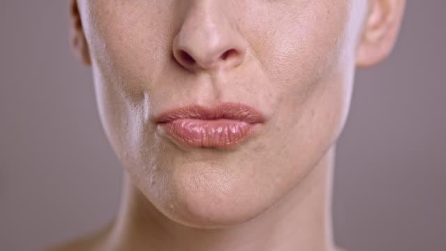 läpparna för en kaukasisk kvinna skicka en kyss - blåsa en kyss bildbanksvideor och videomaterial från bakom kulisserna