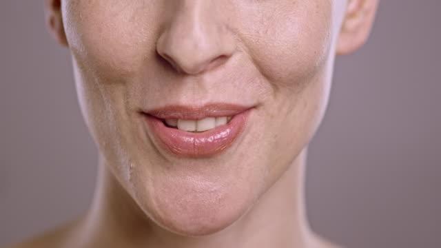 vidéos et rushes de lèvres d'une femme parlant caucasien - bouche