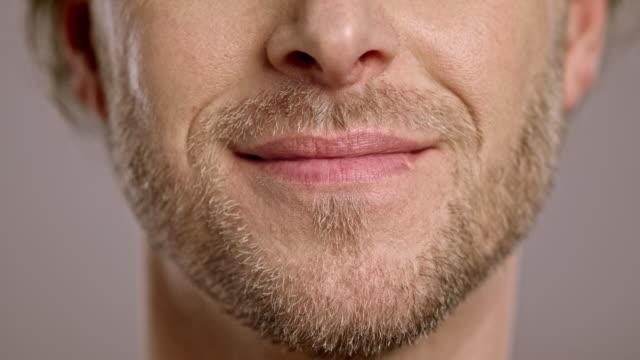 lippen einer lächelnden europäischer abstammung mann - lippen stock-videos und b-roll-filmmaterial