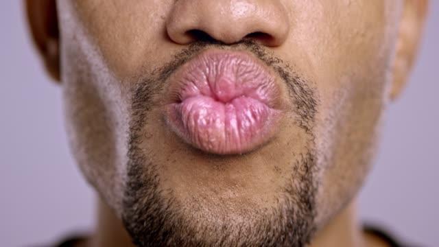 lippen einer jungen afroamerikanischen männlichen wechselnden stimmung - lippen stock-videos und b-roll-filmmaterial
