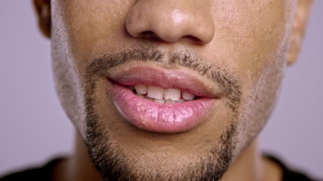 vidéos et rushes de lèvres de jeune homme afro-américain parle - bouche