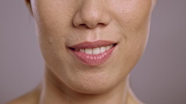 stockvideo's en b-roll-footage met lippen van een jonge aziatische vrouw praten - gesprek
