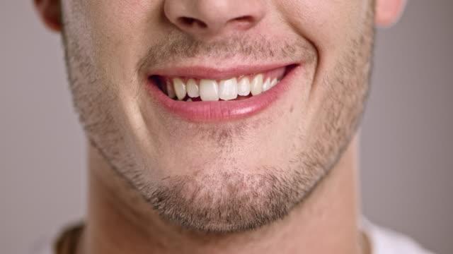 vídeos y material grabado en eventos de stock de labios de un hombre sonriente joven caucásico - sonrisa con dientes