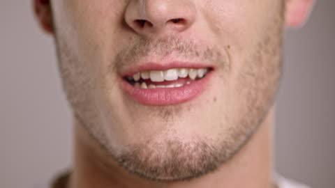 vidéos et rushes de lèvres de jeune homme parlant caucasien - parler