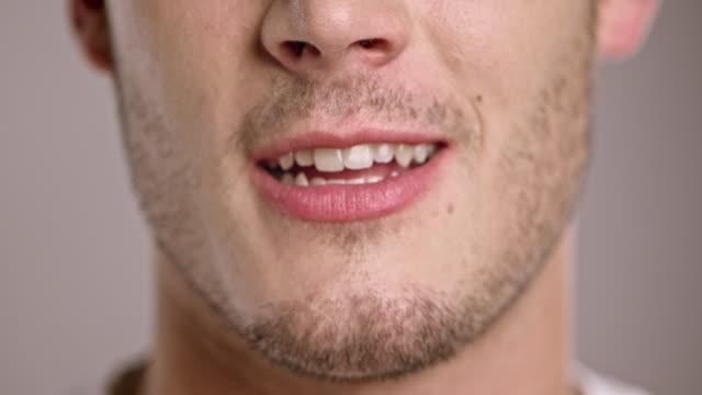 vidéos et rushes de lèvres de jeune homme parlant caucasien - bouche